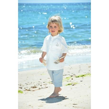 Bermuda gris à revers et une chemise avec motif brodé